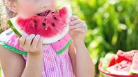 Ilustrasi anak konsumsi makanan kaya nutrisi (Foto oleh Jill Wellington dari Pexels).