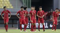 Para pemain Timnas Indonesia U-19 tampak lesu setelah kalah 2-4 dari Iran U-19 dalam laga uji coba internasional di Stadion Patriot Candrabhaga, Bekasi, Sabtu (7/9/2019). (Bola.com/Yoppy Renato)