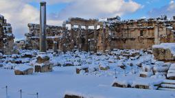 Salju menutupi kota Baalbek di Lebanon kuno di timur Lembah Bekaa (17/1). Baalbek terkenal karena reruntuhan kuil Romawi di wilayah ini. (AP Photo)