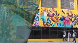 Pengunjung melintas di sekitar mural bertema pahlawan di Taman Ismail Marzuki, Jakarta, Selasa (13/11). Mural tersebut dibuat dalam rangka memeriahkan Hari Pahlawan. (Liputan6.com/Immanuel Antonius)
