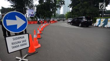 Kendaraan melintas saat uji coba sistem satu arah di kawasan Dukuh Bawah atau sekitar Landmark Setiabudi, Jakarta, Rabu (13/2). Dishub DKI menguji coba sistem satu arah (SSA) dari Sudirman ke Dukuh Bawah hingga 26 Februari 2019. (Merdeka.com/Imam Buhori)