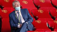 Sir Alex Ferguson menghadiri laga Manchester United melawan Southampton pada laga Premier League di Old Trafford, Selasa (14/7/2020). Mengenakan masker di bawah hidung, Sir Alex Ferguson jadi sorotan di media sosial. (AFP/Clive Brunskill,Pool)