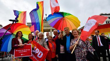 Mantan walikota Berlin Klaus Wowereit saat mengikuti demontrasi kaum LGBT di depan Gerbang Brandenburg di Berlin (30/6). Jerman melegalkan undang-undang pernikahan sesama jenis pada Jumat 30 Juni 2017. (AFP Photo/Tobias Schwarz)