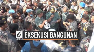 Keributan terjadi antara petugas dan warga di Bandung Barat. Warga menolak eksekusi sebuah rumah karena belum sepakat harga ganti rugi.