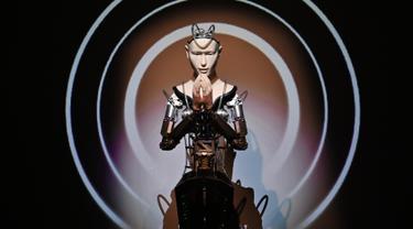 Gambar pada 18 Juni 2019 menunjukkan robot android di Kuil Kodaiji di Kyoto. Sebuah kuil berusia 400 tahun di Jepang berusaha menarik minat masyarakat terhadap Buddhisme dengan menempatkan pendeta robot yang diyakini dapat mengubah persepsi terhadap ajaran Buddha. (CHARLY TRIBALLEAU/AFP)