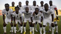 Gelandang Ghana, Michael Essien (kiri), foto bersama rekan senegaranya saat kualifikasi Piala Dunia 2010. Bersama Timnas Ghana, legenda Chelsea ini memiliki caps 58 pertandingan dengan mencetak sembilan gol. ( EPA/Jane Hahn).