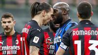 Striker AC Milan, Zlatan Ibrahimovic, bersitegang dengan striker Inter Milan, Romelu Lukaku, pada laga perempat final Coppa Italia di Giuseppe Meazza, Selasa (26/1/2021). Inter Milan menang dengan skor 2-1. (AP/Antonio Calanni)
