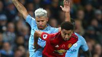 Striker Manchester City, Sergio Aguero berusaha merebut bola yang dibawa striker MU, Jesse Lingard saat bertanding pada lanjutan Liga Inggrid di stadion Etihad, Manchester (11/11). City menang 3-1 atas MU. (AP Photo/Dave Thompson)