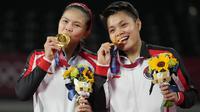 Pasangan Indonesia, Greysia Polii dan Apriyani Rahayu berhasil menyabet medali emas Olimpiade Tokyo 2020 setelah tumbangkan Chen Qing Chen dan Jia Yi Fan wakil dari China. Mereka berhasil menang dua gim langsung. (Foto: AP/Dita Alangkara)