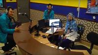 Dua mahasiswa Teknik Elektro Universitas Muhammadiyah Surakarta saat diwawancari di radio. (Foto: Tim PUHA)