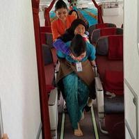 Inilah foto dan cerita di balik pramugari Garuda yang menggendong seorang nenek untuk membantunya turun dari pesawat. (Foto: Istimewa)