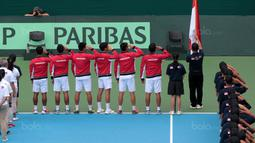 Para petenis Indonesia memberikan hormat saat lagu Indonesia Raya pada pembukaan Piala Davis 2018 grup dua Asia/Oceania di Senayan, Jakarta, Sabtu (3/2/2018). (Bola.com/Nick Hanoatubun)