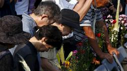 Sejumlah Warga berdoa pada saat peringatan 70 tahun meledaknya bom atom di Hiroshima, Jepang, (6/8/2015). 140.000 penduduk Jepang tewas akibat Bom Atom. (REUTERS/Thomas Peter)