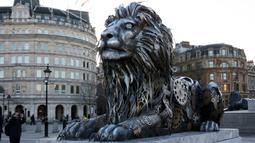 Warga tampak mengabadikan gambar patung singa di Trafalgar Square, London, Inggris, (28/1).    Patung singa ini dibuat dan dipasang oleh National Geographic. (REUTERS / Stefan Wermuth)