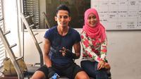 Gelandang Arema FC, Hendro Siswanto dan istri, Adirsty Dyah. (Bola.com/Iwan Setiawan)