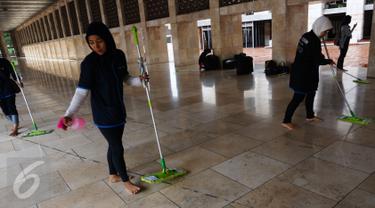 """Perusahaan aplikasi online Go-Jek melalui mitra Go-Clean membersihkan Masjid Istiqlal, Jakarta, Jumat (17/6). Kegiatan tersebut merupakan rangkaian """"Go-Clean Bersih-bersih 100 Masjid"""" di Jadetabek selama bulan Ramadan. (Liputan6.com/Fery Pradolo)"""