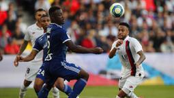 Striker PSG, Neymar, berusaha melewati pemain Strasbourg, Lamine Kone, pada laga Liga 1 Prancis di Stadion Parc des Princes, Sabtu (14/9). PSG menang 1-0 atas Strasbourg. (AP/Francois Mori)