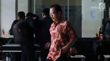 Mantan Sekda Kota Malang, Cipto Wiyono meninggalkan Gedung KPK usai menjalani pemeriksaan, Jakarta, Senin (26/2). Cipto Wiyono diperiksa sebagai saksi terkait dugaan suap pembahasan APBD-P Pemkot Malang TA 2015. (Liputan6.com/Helmi Fithriansyah)