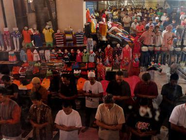 Sejumlah umat muslim melakukan ibadah shalat Jumat di lorong yang menghubungkan Pasar Tanah bang Blok A dan B, Jakarta, Jumat (26/6/2015). Meskipun beribadah di lorong tidak menyurutkan mereka beribadah di bulan Ramadan. (Liputan6.com/Johan Tallo)