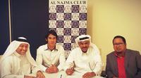 Ryuji Utomo didampingi agennya, Muly Munial (kanan) saat penandatanganan kontrak di Al Najma, Selasa (18/8/2015) malam. (Istimewa)