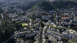 Pemandangan udara kota Gjirokastra, Albania, 6 Februari 2021. Pariwisata kota yang diakui sebagai Situs Warisan Dunia UNESCO itu tiba-tiba terhenti saat dunia terjerat lockdown COVID-19 dan kini penduduk meminta bantuan pemerintah untuk menjaga bisnis mereka tetap berjalan. (AP Photo/Hektor Pustina)