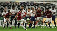 Gelandang AC Milan, Hakan Calhanoglu melakukan tendangan bebas saat bertanding melawan Tottenham Hotspur pada International Champions Cup di Minneapolis (31/7). Tottenham menang 1-0 atas Milan berkat gol Nkoudou. (AP Photo/Jeff Wheeler)
