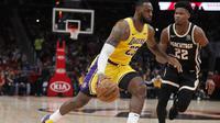 LeBron James (no23) Bantu Lakers Bungkam Hawks (AP)