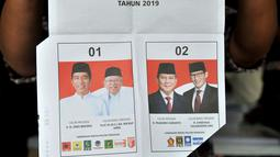 Pekerja menunjukkan surat suara yang terpotong di Gedung Logistik KPU Kota Jakarta Pusat, Jakarta, Selasa (5/3). Per 3 Maret 2019, KPU Kota Jakarta Pusat mencatat sebanyak 1.551 surat suara rusak selama proses pelipatan. (merdeka.com/Iqbal Nugroho)