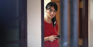Setelah menjadi ustazah dalam sinetron sebelumnya, kini Citra Kirana menjadi biduan penyanyi dangdut yang keliling kampung. Akibatnya, ia dibenci oleh para ibu-ibu di kampung Duku. (Bambang E. Ros/Bintang.com)