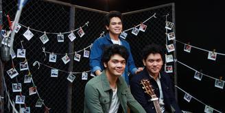 Mada Emmanuelle, Reuben Nathaniel dan Mikha Angelo yang tergabung dalam grup The Overtunes baru saja menyelesaikan proses syuting video klip dengan lagu berjudul 'Mungkin' untuk sebuah soundtrack film. (Deki Prayoga/Bintang.com)