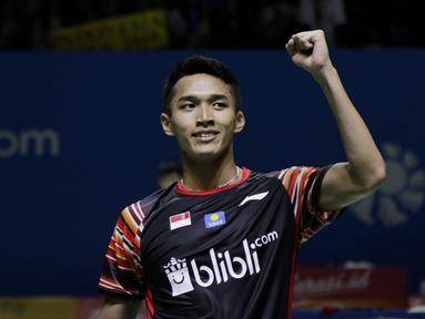 Tunggal putra Indonesia, Jonatan Christie, merayakan kemenangan atas wakil Denmark, Hans-Kristian Solberg Vittinghus, pada Indonesia Open 2019 di Istora, Jakarta, Kamis (18/7). Jonatan menang 22-20, 21-13. (Bola.com/M Iqbal Ichsan)