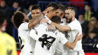 Para pemain Real Madrid merayakan gol yang dicetak ke gawang Villarreal dalam laga lanjutan La Liga, di Estadio de la Ceramica, Jumat (4/1/2019) dini hari WIB. (AP Photo/Alberto Saiz)