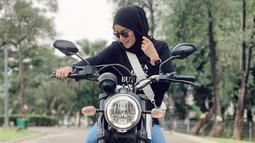 Saat mengenakan busana bernuansa hitam, membuat istri dari Muhammad Aufar Hutapea ini jadi nampak elegan. Penampilannya pun kian mencuri perhatian. (Liputan6.com/IG/ollaramlanaufar)