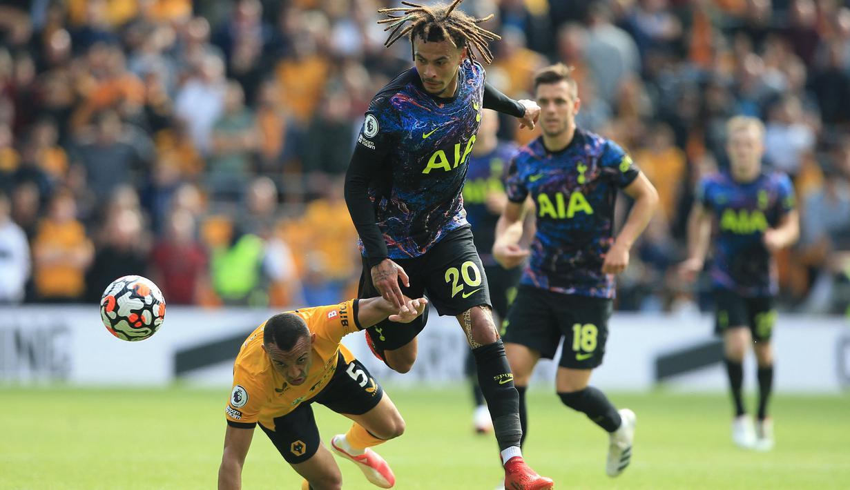 Tottenham Hotsupr tampil menekan sejak dimulainya pertandingan pada babak pertama. Datang sebagai tim tamu, Spurs berhasil unggul terlebih dahulu lewat Dele Alli (kiri) ketika waktu baru berjalan sembilan menit. (Foto: AFP/Lindsey Parnaby)