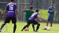 Pemain Timnas Indonesia U-22, Paulo Sitanggang (kedua kiri) berusaha mengecoh pemain Persita saat laga uji coba di Lapangan SPH Karawaci, Tangerang, Selasa (25/4). Timnas Indonesia U-22 unggul 2-1. (Liputan6.com/Helmi Fithriansyah)