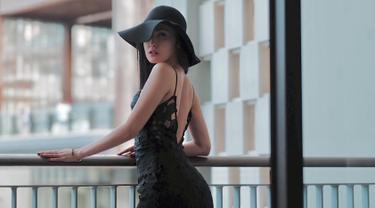 Vicy Melanie memang dikenal modis dan ahli berpose di depan kamera. Dirinya kerap digaet menjadi model majalah, pakaian, hingga kecantikan. Tak heran, Kevin Aprilio jatuh hati dengannya. Kevin melamar Vicy Melanie di hamparan salju di Korea pada Januari 2019 lalu. (Liputan6.com/IG/@vicymelanie)
