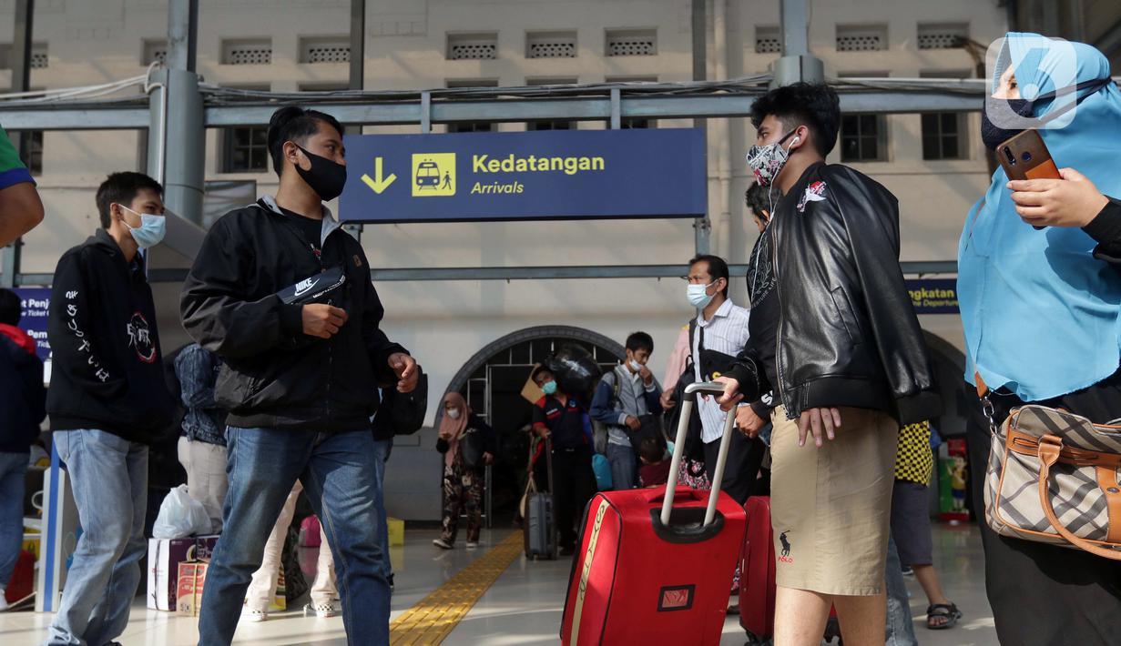 Suasana depan pintu kedatangan Stasiun Pasar Senen, Jakarta, Selasa (18/5/2021). Seiring berakhirnya masa pelarangan mudik Lebaran 2021 pada Senin (17/5) kemarin, Stasiun Pasar Senen kembali beroperasi melayani keberangkatan dan kedatangan penumpang KA Jarak Jauh. (Liputan6.com/Helmi Fithriansyah)