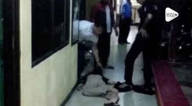 Mapolsek Metro Penjaringan diserang seorang pria bersenjata golok. Seorang perwira pertama polisi mengalami luka akibat sabetan golok