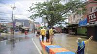Akses Jalan Raya KH Hasyim Hasyari yang menghubungkan Kota Tangerang menuju DKI Jakarta sudah bisa dilewati usai sempat terputus karena terendam banjir. (Liputan6.com/Pramita Tristiawati)