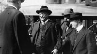 Menit-menit sebelum Presiden ke-26  Theodore Roosevelt (foto pria berkacamata di tengah) ditembak  (Library of Congress)