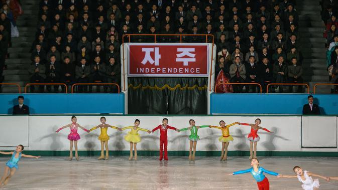 Anak-anak saat tampil bermain ice skating selama 'Festival Gambar Skating Hadiah Paektusan ke-26 dalam Perayaan Hari Bintang Cemerlang' di Pyongyang (15/2). Acara ini sebagai bagian dari HUT mendiang pemimpin Korut Kim Jong il. (AFP Photo/Ed Jones)