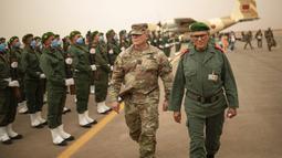 Komandan Zona Selatan Maroko Jenderal Belkhir el-Farouk (kanan) dan Komandan Pasukan Darat NATO di Turki dan Komandan Komando Darat Sekutu Letnan Jenderal Roger Cloutier saat menghadiri latihan militer Singa Afrika di Kompleks Grier Labouihi, Maroko, Rabu (9/6/2021). (AP Photo/Mosa'ab Elshamy)