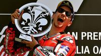 Pembalap Ducati Team, Jorge Lorenzo, merayakan selebrasi di podium setelah memenangkan Moto Grand Prix di Sirkuit Mugello, Italia, Minggu (03/6). Jorge Lorenzo menang atas pembalap Andrea Dovizioso dan Valentino Rossi. (AFP FOTO / Tiziana Fabi)