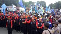 Ribuan buruh Tangerang lakukan aksi demo di depan Pintu Tol Bitung, Jalan Raya Serang KM 9, Kabupaten Tangerang.