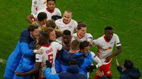 Para pemain RB Leipzig merayakan gol yang dicetak Justin Kluivert ke gawang Manchester United. RB Leipzig menang 3-2 atas Manchester United dalam matchday terakhir Grup H Liga Champions, Rabu (9/12/2020) dini hari WIB (Odd ANDERSEN / AFP / POOL)
