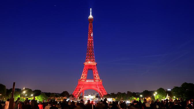 Menara Eiffel diterangi selama pertunjukan cahaya untuk perayaan ulang tahunnya ke-130 tahun di Paris, Rabu (15/5/2019). Paris memberikan ucapan ulang tahun kepada Menara Eiffel dengan pertunjukan laser yang rumit menelusuri kembali sejarah 130 tahun monumen itu. (REUTERS/Gonzalo Fuentes)