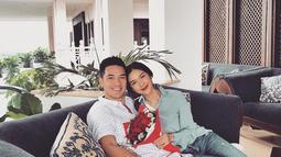 Kebersamaan Nana dan Andrew saat berlibur di Kota Gudeg, Yogyakarta. Meski hanya liburan singkat, namun terlihat jelas kebahagiaan dua sejoli ini. (Liputan6.com/Instagram/@nanamirdad_)