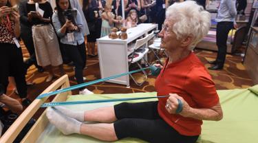 Pesenam tertua di dunia asal Jerman, Johanna Quaas (92) menunjukkan latihan penguatan di tempat tidur khusus untuk orang tua saat Forum Inovasi Aging Asia Internasional ke-8 di Singapura, Selasa (25/4). (AFP PHOTO / ROSLAN RAHMAN)
