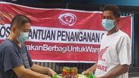 Relawan #GerakanBerbagiuntukWarga membagikan paket sembako untuk warga terdampak pandemi di Perumahan Griya Satria Pesona (GSP), Tambun Utara, Kabupaten Bekasi. (IStimewa)