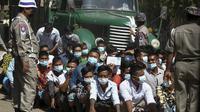 Para narapidana menunggu proses untuk dibebaskan saat pemberian amnesti yang menandai peringatan 74 tahun Hari Persatuan Myanmar di penjara Insein di Yangon, Myanmar, Jumat (12/2/2021).  Ada 55 tahanan asing lainnya yang juga akan dibebaskan.  (AP Photo)